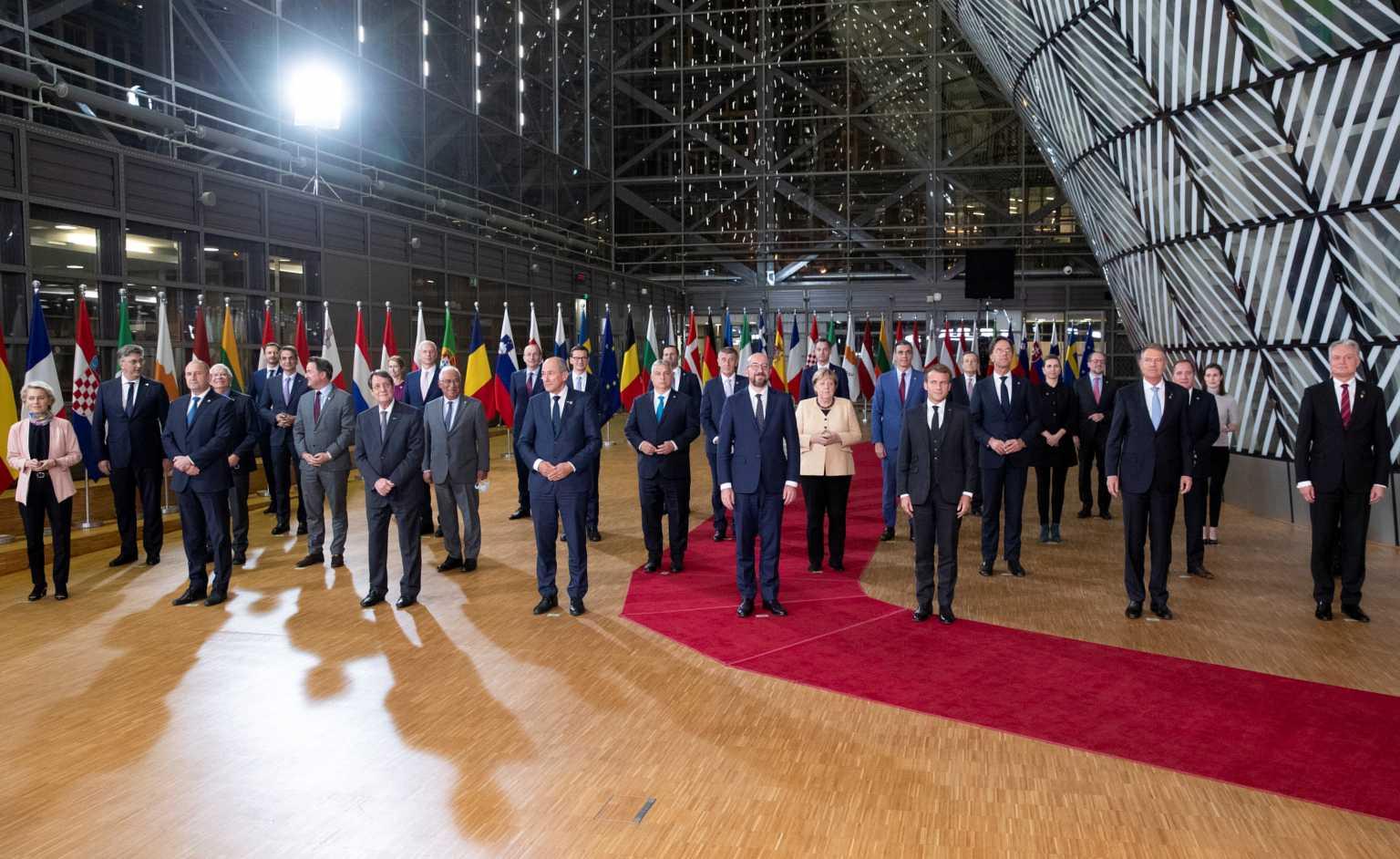 Αποθέωσαν την Άνγκελα Μέρκελ οι 27 στην τελευταία της Σύνοδο Κορυφής
