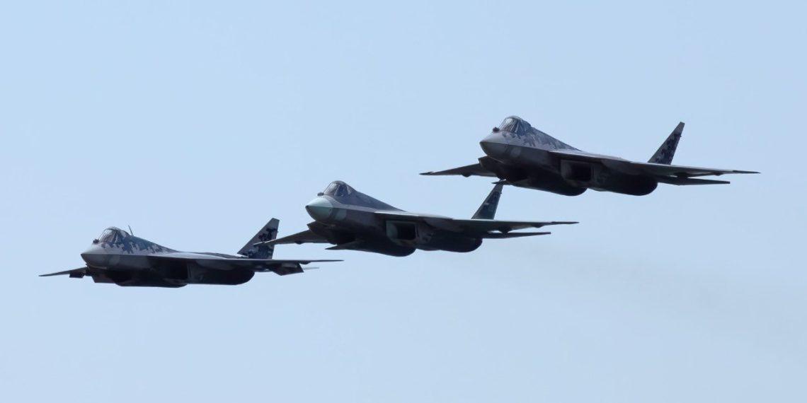«Δεν συγκρίνεται το Su-57» λέει Ρώσος αναλυτής – «Κάνει σκόνη τα F-35 και F-22»