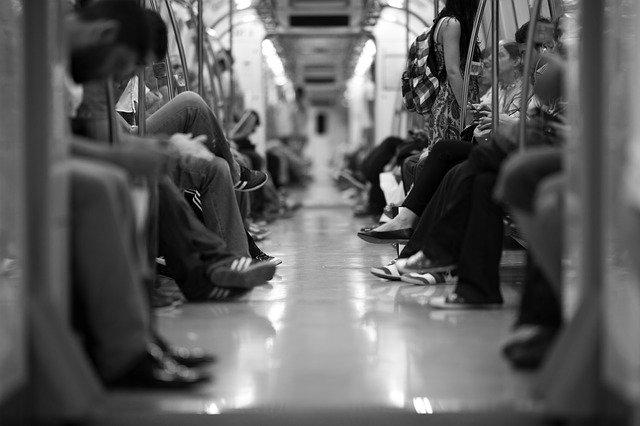 ΗΠΑ – Βίαζε γυναίκα σε συρμό του μετρό και οι επιβάτες τραβούσαν βίντεο